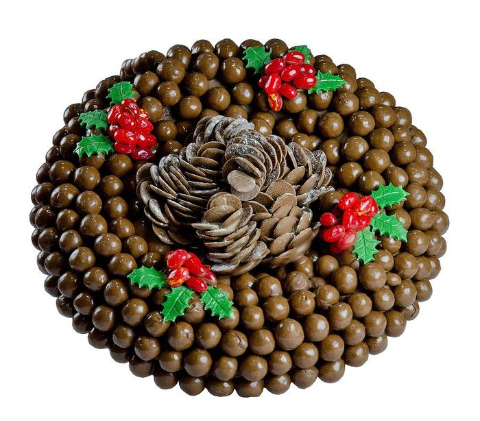 Original_chocolate-cone-wreath-with-berry-s-holly
