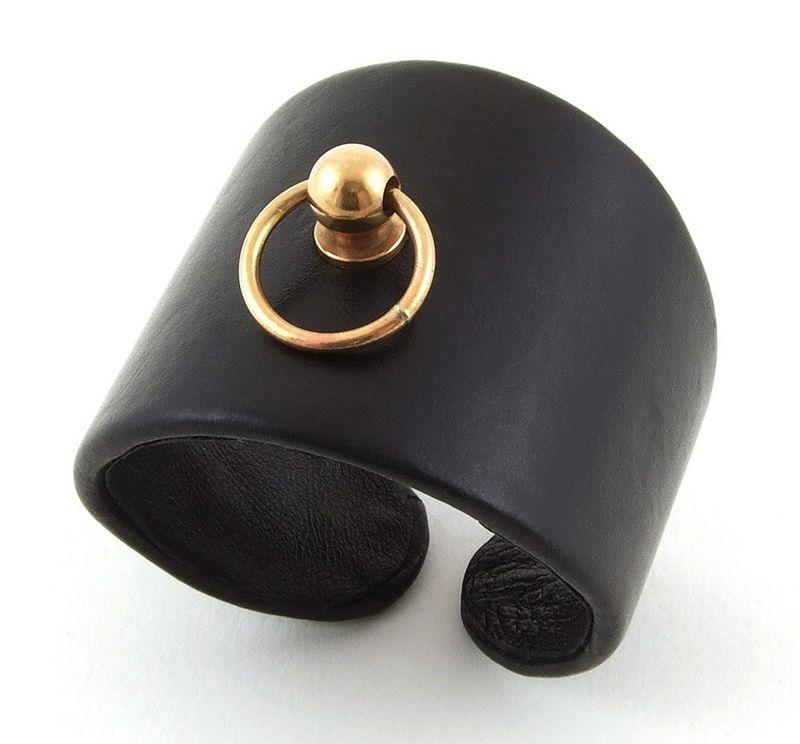 Manchette-en-cuir-noir-et-anneau-dore
